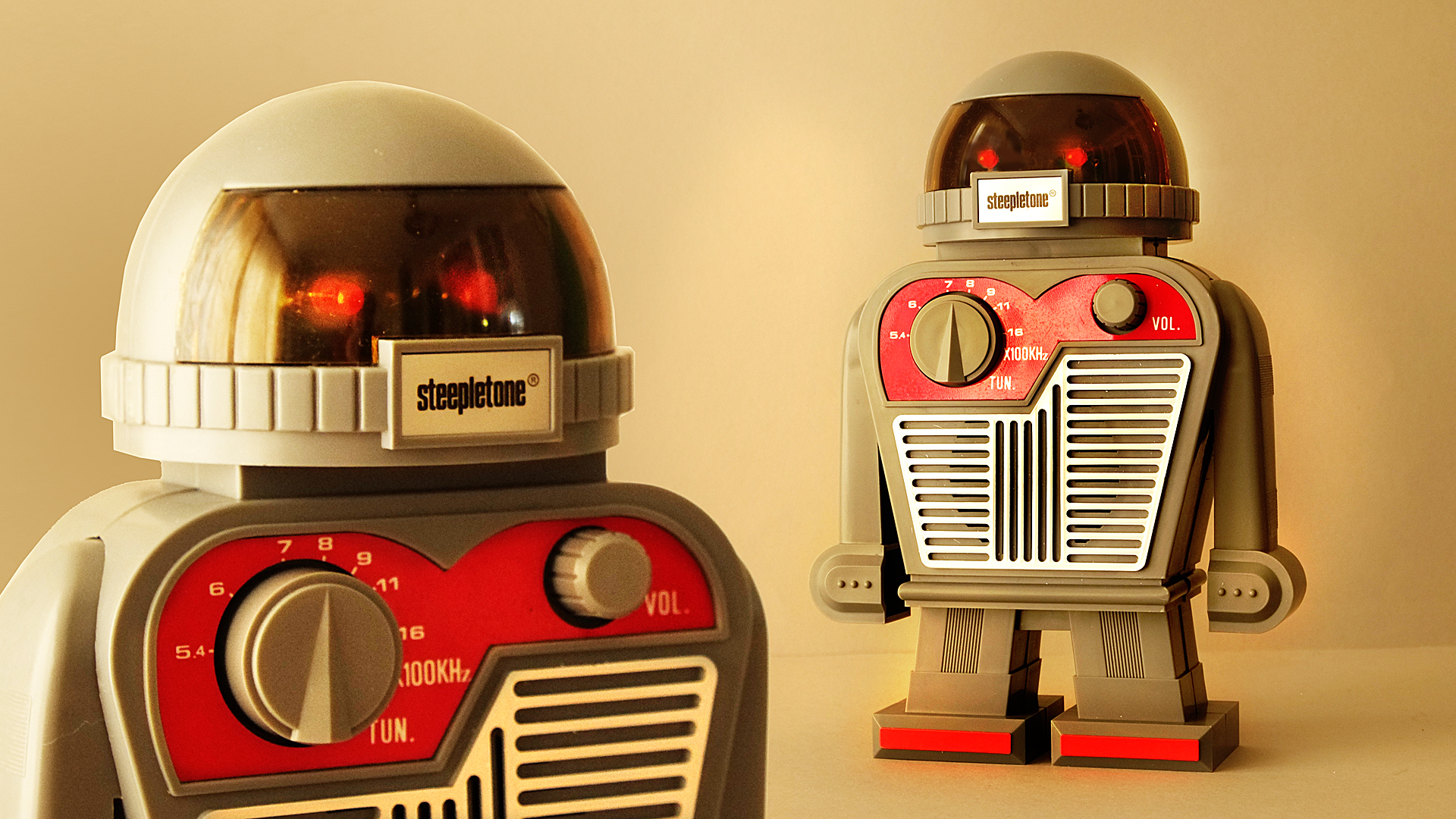 This deluxe ROBOT RADIO by Steepletone is a marvel of simplicity!